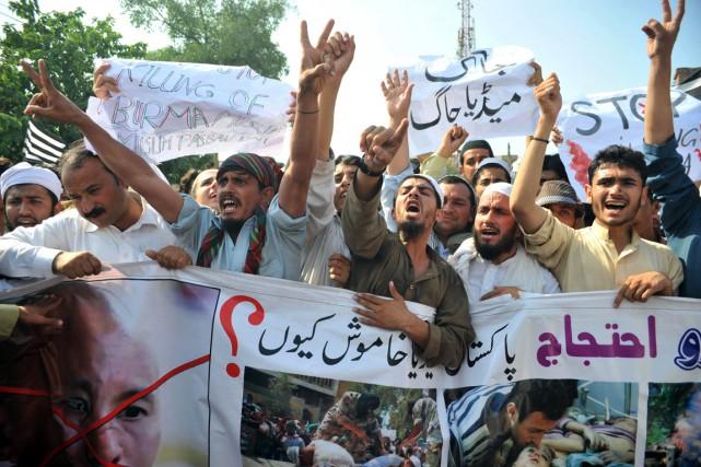 Des activistes pakistanais scandent des slogans alors qu'ils... (PHOTO HASHAM AHMED, ARCHIVES AFP)