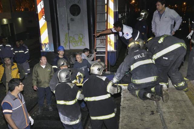 Deux trains de banlieue sont entrés en collision... (PHOTO GUSTAVO GAVOTTI, AFP)