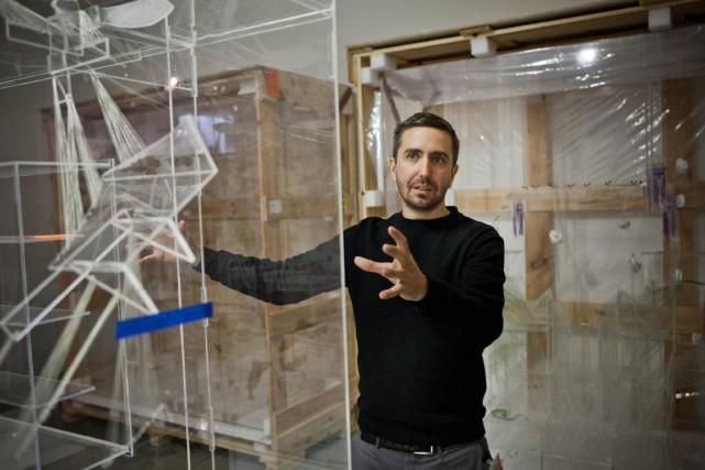 David Altmejd devant une de ses oeuvres spectaculaires... (PHOTO FOURNIE PAR STÉPHANE LAGOUTTE)