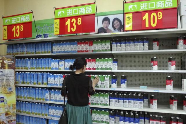 Baromètre d'une consommation sans éclat, l'inflation a reculé... (PHOTO AFP)