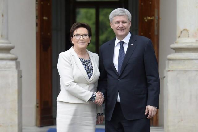 La première ministre polonaiseEva Kopacz accueilleStephen Harper.... (PHOTO ADRIAN WYLD, LA PRESSE CANADIENNE)