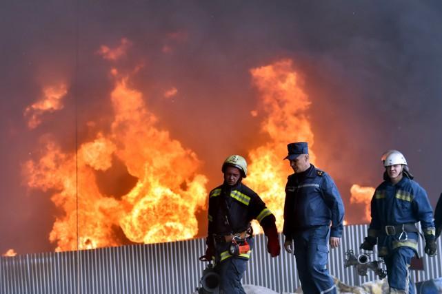 Les pompiers couraient de façon chaotique, visiblement incapables... (PHOTO  SERGEI SUPINSKY, AFP)