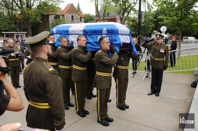 Le cercueil de Jacques Parizeau est porté jusque... (PHOTO MARTIN CHAMBERLAND, LA PRESSE)
