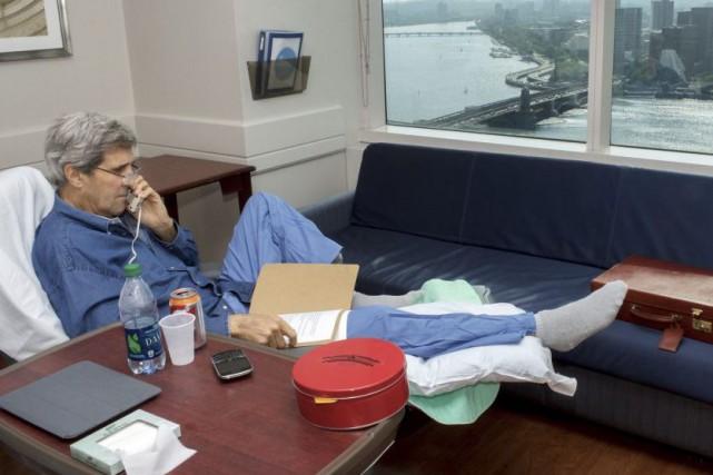 Le secrétaire d'État John Kerry a tweeté mardi une photo de lui à l'hôpital de... (Photo: AP)