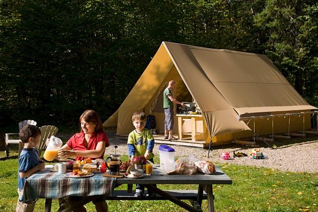 Le prêt-à-camper, comme ce qu'offrent les tentes Huttopia... (Photo Claude Mathieu Pub Photo inc., parc national de la Jacques-Cartier, SEPAQ)