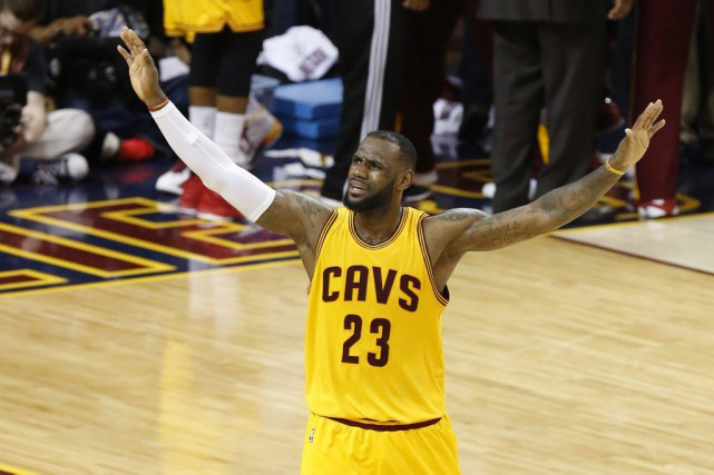 LeBron James... (PHOTO PAUL SANCYA, ASSOCIATED PRESS)