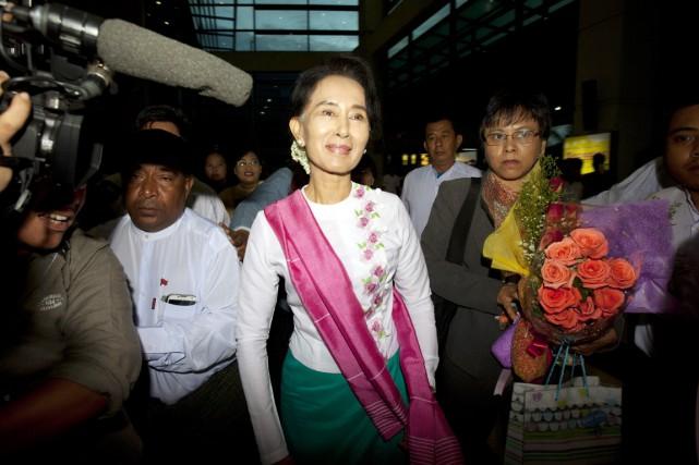 Vêtue d'un haut blanc et d'une écharpe rose,... (PHOTO KHIN MAUNG WIN, AP)