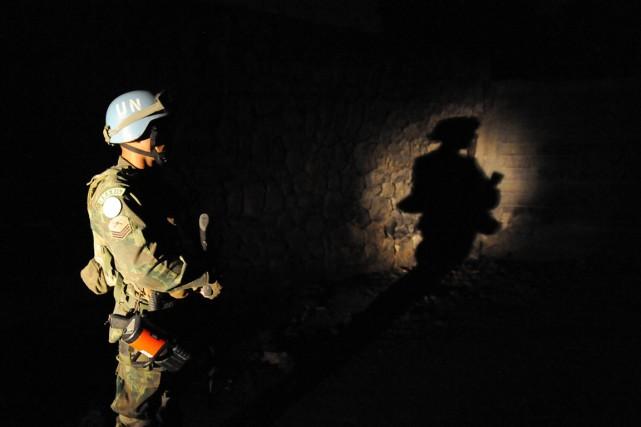 Un Casque bleu de la MINUSTAH patrouille dans... (PHOTO VANDERLEI ALMEIDA, ARCHIVES AFP)