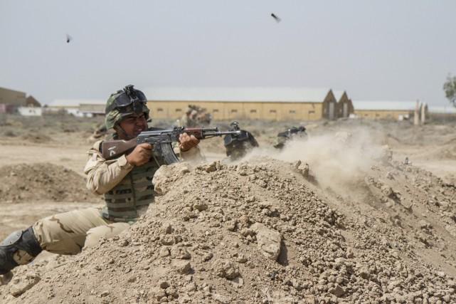 Un soldat irakien s'entraîne sous la supervision de... (PHOTO ARCHIVES REUTERS/ARMÉE AMÉRICAINE)