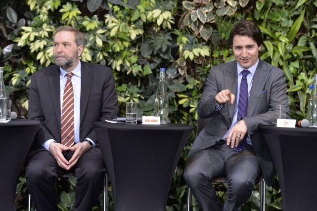 Le chef du NPD Thomas Mulcair aux côtés... (PHOTO ARCHIVES LA PRESSE CANADIENNE)