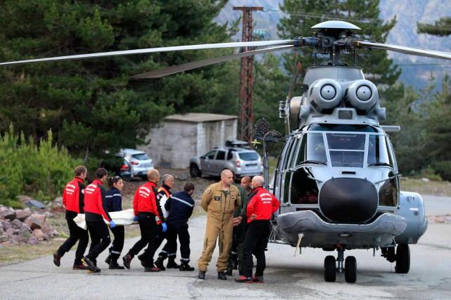 Les secouristes transportent l'une des trois victimes de... (AFP, Pascal Pochard-Casabianca)