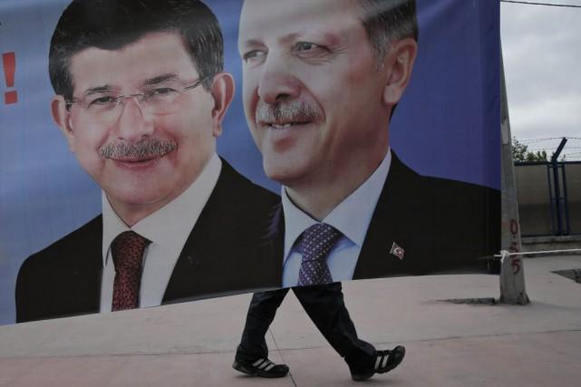 Quatre jours après le revers subi par son parti aux législatives, le président... (Photo Lefteris Pitarakis, AP)