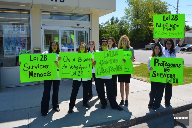 Des employés de la pharmacie Jean Coutu du... ((Photo le Quotidien, Laura Lévesque))
