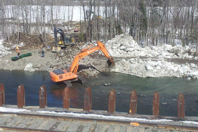 Le CN a rempli, afin de protéger son... (Photo fournie par la Fédération québécoise du saumon atlantique)