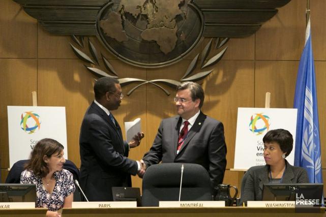 Le Dr. Olumuyiwa Benard Aliu serre la main... (PHOTO FRANCOIS ROY, LA PRESSE)