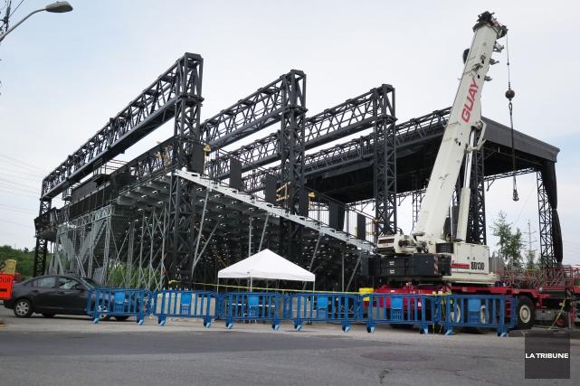 La construction d'un toit au théâtre extérieur de la place Nikitotek a débuté... (Imacom, René Marquis)