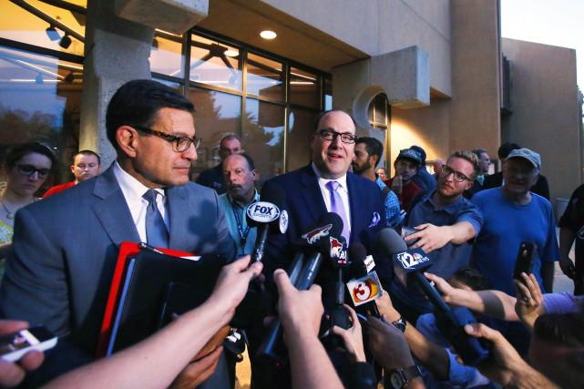 L'avocat des Coyotes Nicholas Wood aux côtés du... (Photo David Kadlubowski, AP/The Arizona Republic)