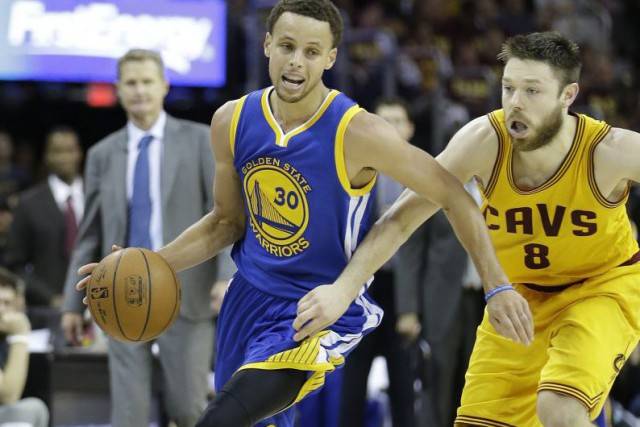 Stephen Curry (30) et Matthew Dellavedova (8)... (PHOTO TONY DEJAK, ASSOCIATED PRESS)