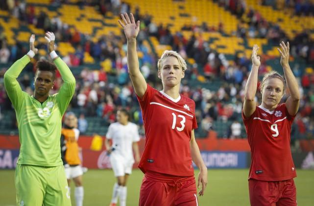 Les joueuses canadiennes Karina LeBlanc, Sophie Schmidt et... (Photo PC)