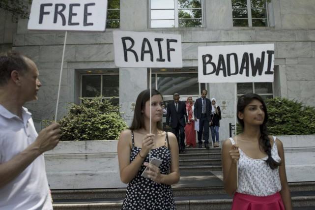 Des manifestants devant l'ambassade d'Arabie Saoudite à Washington.... (PHOTO BRENDAN SMIALOWSKI, AGENCE FRANCE-PRESSE)