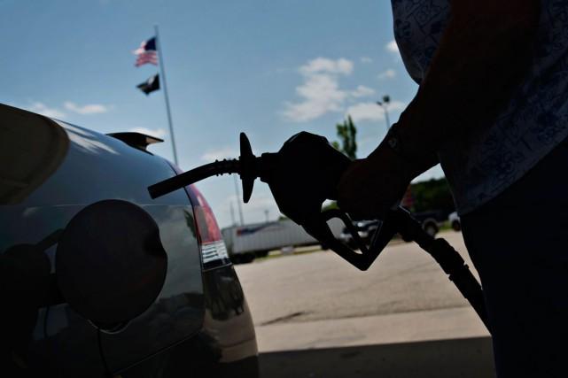 Les Américainspaient actuellement leur essence un peu moins de 2$ US le... (PHOTO DANIEL ACKERS, ARCHIVES BLOOMBERG)