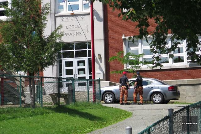 Les policiers ont ratissé le secteur del'école primaire... (Imacom, René Marquis)