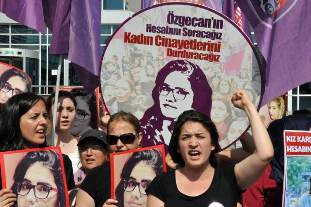 Des manifestantes réclament justice pourÖzgecan, dans la ville... (PHOTO AFP/DPO PHOTOS)