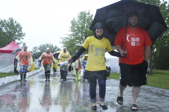 Environ 90 survivants, en jaune, ont ouvert le... (Photos Catherine Trudeau)