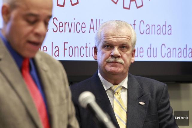 Le vice-président de l'AFPC Chris Aylward (droite) dit... (Patrick Woodbury, archives LeDroit)