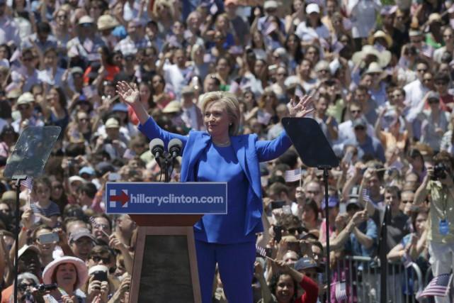 Hillary Clinton a été accueillie par une foule... (PHOTO BRENDAN MCDERMID, REUTERS)
