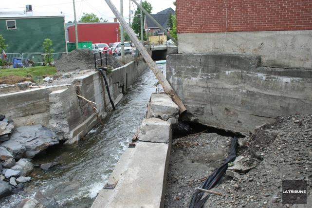 La crue subite des eaux de mardi soir... (La Tribune, Maryse Carbonneau)