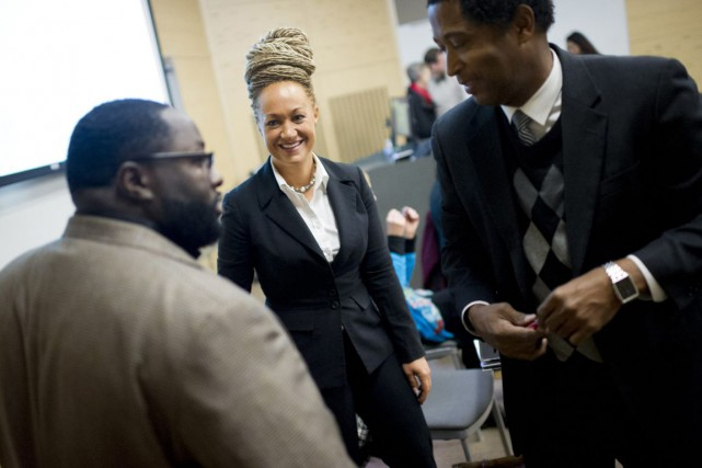 Rachel Dolezal, 37 ans, cheveux crépus, peau caramel... (PHOTO TYLER TJOMSLAND, THE SPOKESMAN-REVIEW/AP)