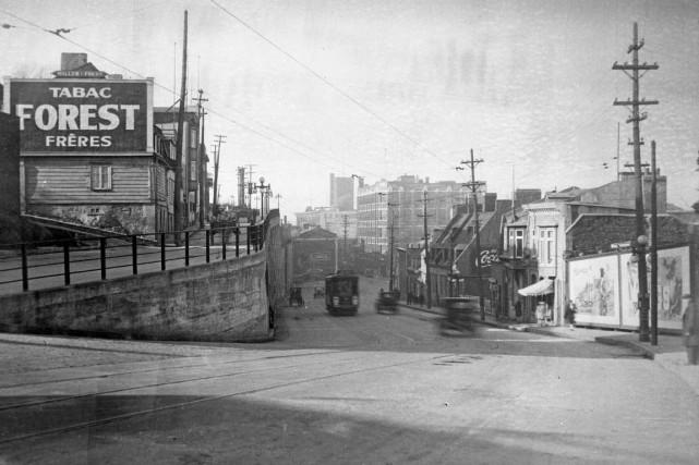 C'était 65 ans avant que ces maisons deviennent la coopérative Méduse,... (Archives de la Ville de Québec, négatif numéro: N000388)
