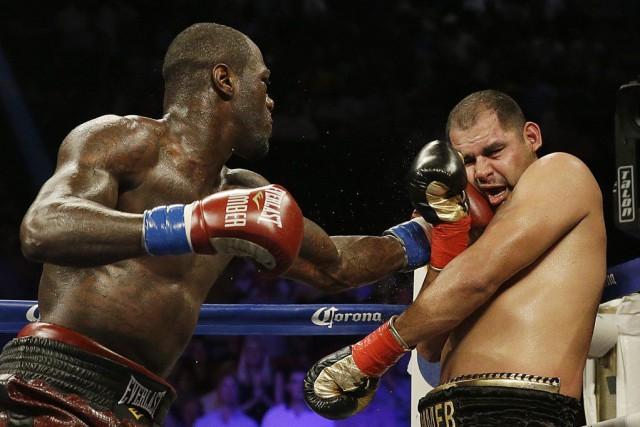 Deontay Wilder atteint Eric Molina au visage.... (PHOTO BRYNN ANDERSON, AP)