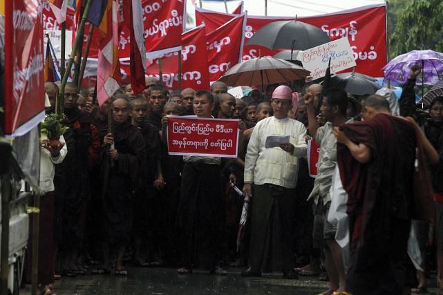 Environ 500 personnes, auxquelles se sont agrégés des... (Photo AFP)