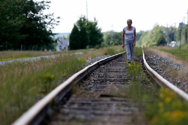 Une femme marche le long du chemin de... (Photo Mathieu Belanger, archives Reuters)