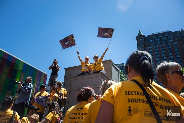 Des manifestants affiliés à plusieurs syndicats, dont le... (PHOTO OLIVIER PONTBRIAND, LA PRESSE)