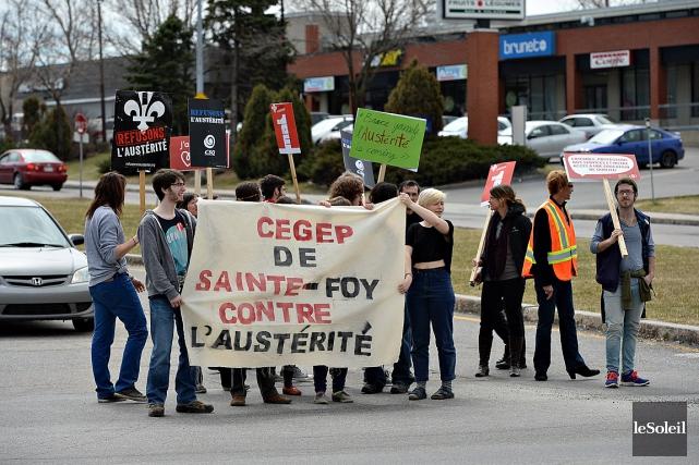 Des gens du cégep de Sainte-Foy sont sortis... (Photo Patrice Laroche, archives Le Soleil)