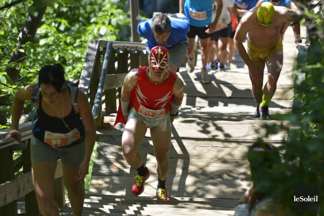 Quelques coureurs grimpeurs courageux - et costumés! -... (Photo Le Soleil, Yan Doublet)
