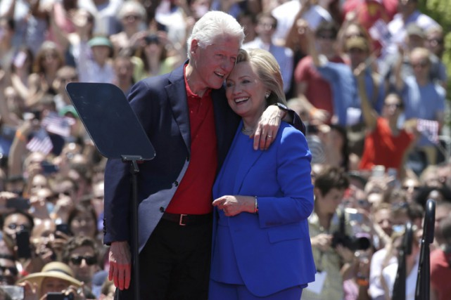 Bill Clinton a défendu sa femme face aux sondages... (Photo: Reuters)