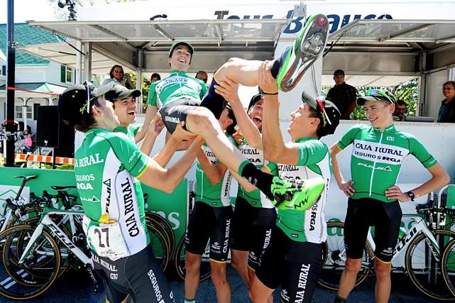 Le champion Peio Bilbao reçoit la bascule de... (Photo fournie par le Tour de Beauce)