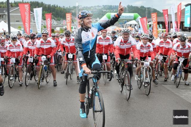 Pierre Lavoie et les 1000 cyclistes lors du... (Archives Le Quotidien)