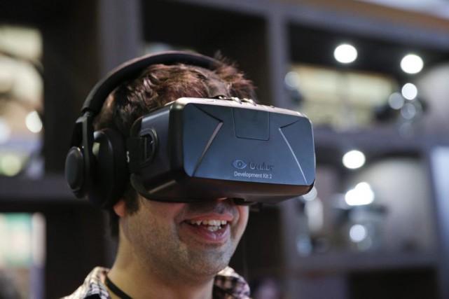 Les lunettes de réalité virtuelle ne sont plus seulement destinées aux jeux... (PHOTO JAE C. HONG, ARCHIVES ASSOCIATED PRESS)