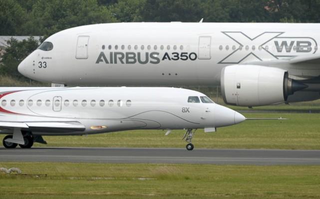 Un Dassault Falcon 8X devant un Airbus A350... (PHOTO ERIC PIERMONT, AGENCE FRANCE-PRESSE)