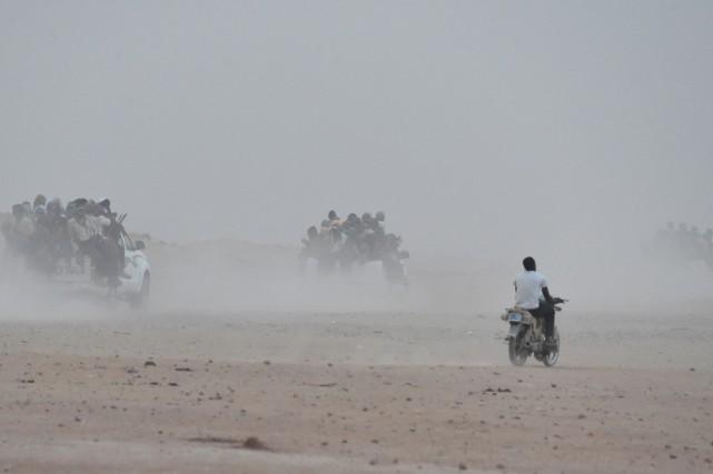 Sur la route ensablée attenante, des chauffeurs font... (PHOTO ISSOUF SANOGO, AFP)