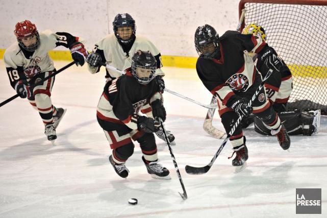 Hockey Québec a décidé d'aller de l'avant et de limiter les mises en échec dans... (PHOTO BERNARD BRAULT, ARCHIVES LA PRESSE)