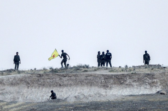 Des combattants des Unités de protection du peuple... (PHOTO BULENT KILIC, REUTERS)