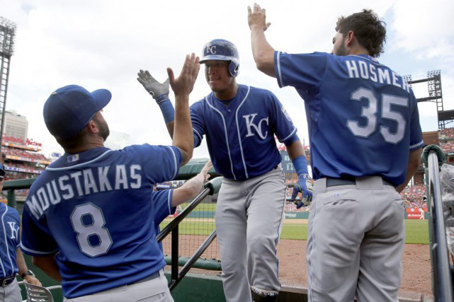 Le troisième-but Mike Moustakas, le receveur Salvador Perez et le premier... (PHOTO JEFF ROBERSON, AP)