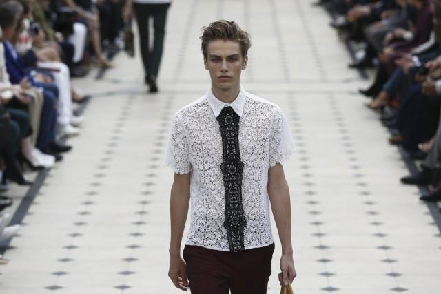 Fashion Week de Londres  Burberry ose la dentelle pour l homme ... 95104fcb7d1