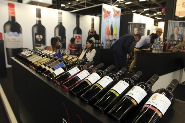 Un présentoir de bouteilles auVinexpo deBordeaux.... (PHOTO BOB EDME, AP)